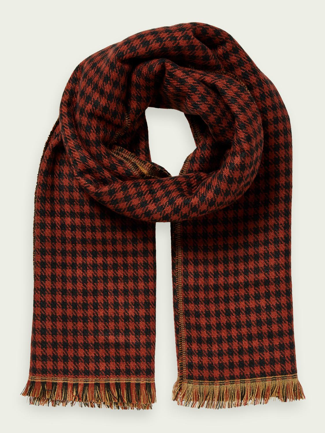 Dames This patterned scarf features a double-sided design and frin