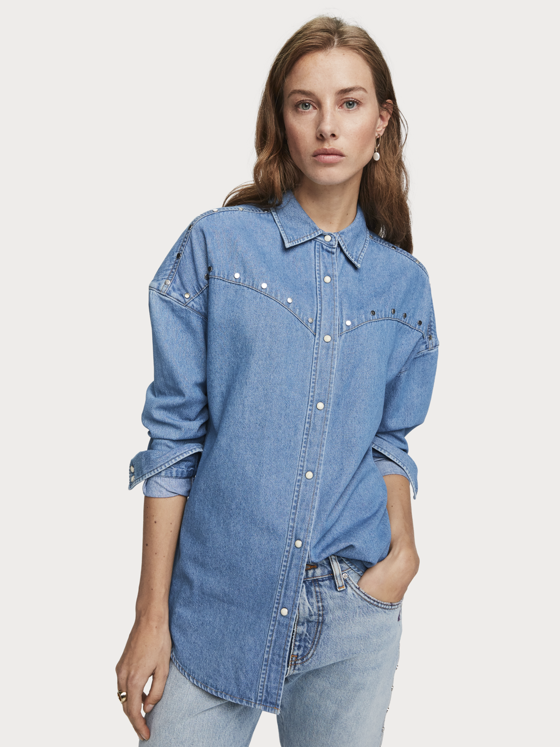 Donna Camicia in denim oversize con borchie